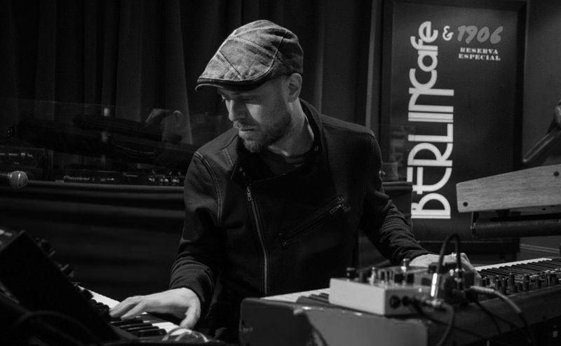 Jason Lindner en concierto en el Café Berlín.
